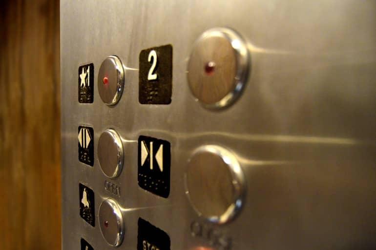 Einbau eines Aufzuges in eine Eigentumswohnung und Verteilung der Kosten auf die Miteigentümer